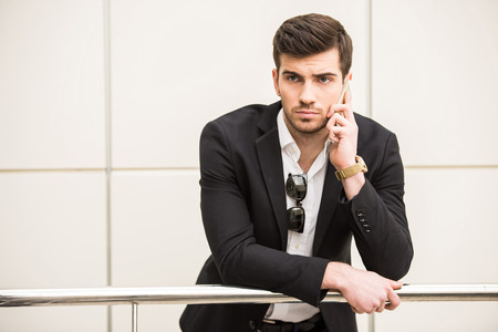 Portrait d'un jeune homme à la mode parle par téléphone. Banque d'images - 36474155