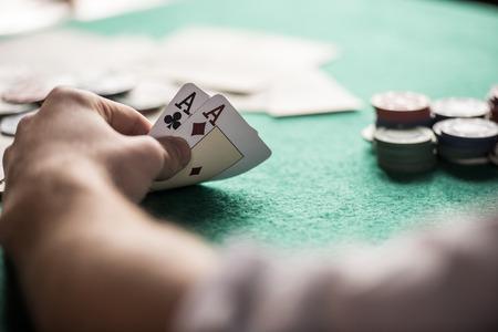 Bovenaanzicht van een pokertafel tijdens een spel. Chips, geld en kaarten op de tafel. Stockfoto