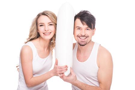 mujeres juntas: pareja joven hermosa con la almohadilla suave de la calidad sobre fondo blanco. Foto de archivo
