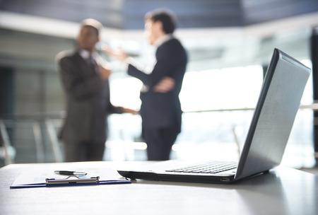 Focus sur un ordinateur portable sur la table. Les gens floues sur fond. Banque d'images - 37172077