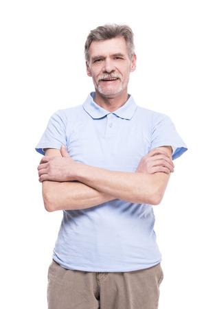 Het portret van een glimlachende hogere mens stelt geïsoleerd op witte achtergrond.