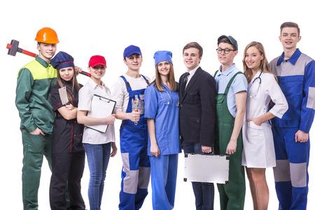Grupo de jóvenes de los trabajadores industriales. Aislado en el fondo blanco. Foto de archivo