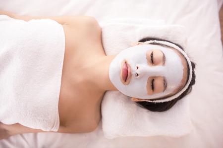 limpieza de cutis: Terapia de Spa para la mujer joven asi�tica que recibe la m�scara facial en el sal�n de belleza.