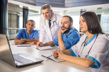 ヘルスケア: 病院で働く魅力的な医療グループです。 写真素材