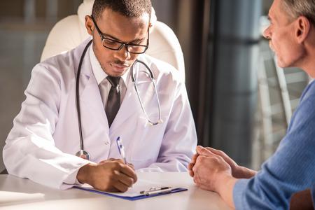 lekarz: Służba zdrowia i koncepcji medycznej. Doktor mówi do swojego pacjenta płci męskiej.