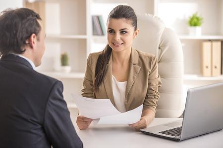 Entrevistando candidato masculino Empresaria de trabajo en la oficina. Foto de archivo