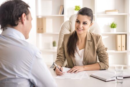 mujer trabajadora: Entrevistando candidato masculino Empresaria de trabajo en la oficina. Foto de archivo