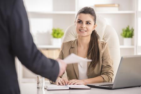 entrevista: Entrevistando candidato masculino Empresaria de trabajo en la oficina. Foto de archivo