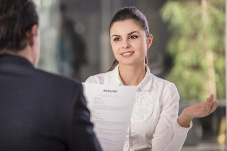 entrevista: Empresario entrevistar candidata de trabajo en la oficina.