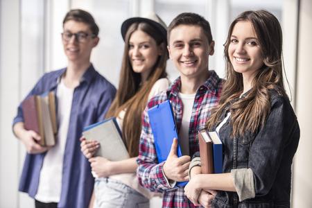 Groep gelukkige jonge studenten in een college. Stockfoto