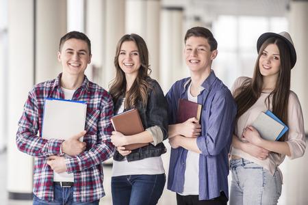 Groep gelukkige jonge studenten in een universiteit.