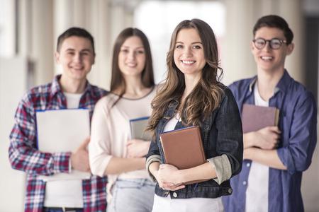 alumnos estudiando: Grupo de estudiantes jovenes felices en una universidad.