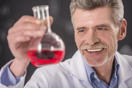 qu�mica: la qu�mica o el concepto de la ciencia. Profesor de qu�mica mayor que trabaja en el laboratorio.