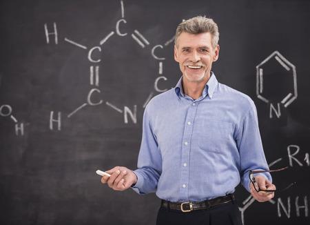 대학에서 강의를 선도하는 화학 교수. 스톡 콘텐츠