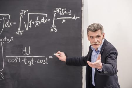 profesor: El profesor de la qu�mica l�der conferencia en la Universidad.