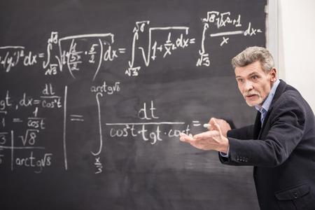 El profesor de la química líder conferencia en la Universidad.