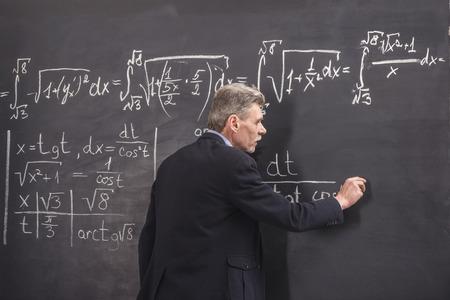 大学で講義を主要な化学の教授。 写真素材