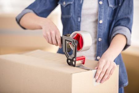 directorio telefonico: Los jóvenes felices cajas de embalaje de la mujer. Movimiento, compra de nueva vivienda.