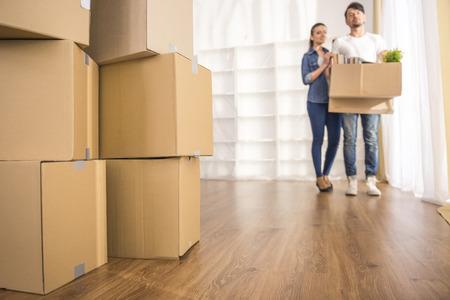 Le jeune couple heureux regardant autour de leur nouvel appartement. Moving, l'achat de nouvelle habitation.