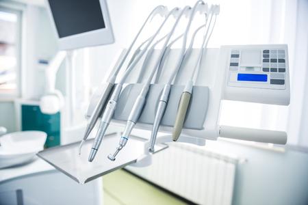 denti: Diferentes instrumentos dentales y herramientas en una oficina de los dentistas Foto de archivo