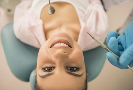dentista: Una mujer est� sonriendo mientras est� en el dentista.