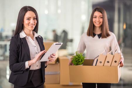 Deux femmes d'affaires qui se déplacent dans un nouveau bureau