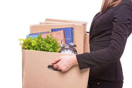 Boční pohled. Obchodní žena drží krabici s kancelářskými položkami. Reklamní fotografie