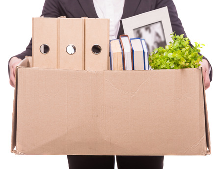 articulos oficina: Mujer de negocios la celebraci�n de caja con art�culos de oficina. aislado en blanco.