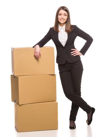 Zakenvrouw verpakken in kartonnen dozen en klaar voor bewegende - geïsoleerd op wit. Stockfoto