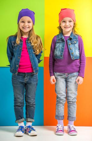 cute little girls: Mejores amigos. Dos ni�as lindas en el fondo colorido.
