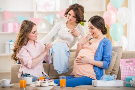妊娠中の女性は赤ちゃんのシャワーで新しいギフト。