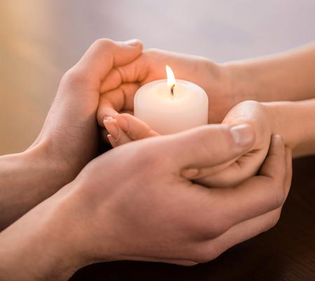 ragazza innamorata: Giovani coppie che sono in possesso di mani e candela sul tavolo.
