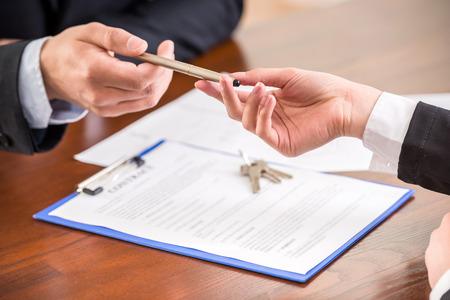계약을 체결하는 펜으로 손의 근접.