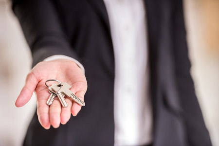personen: Close-up van de hand van de vrouw houdt sleutel. Stockfoto