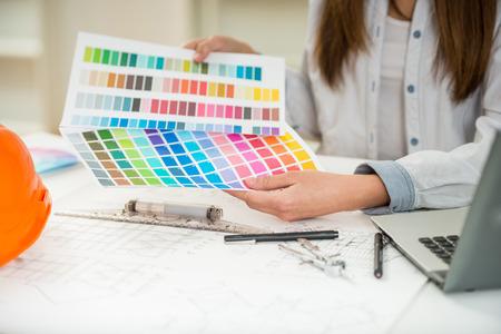 creador: Primer plano de diseñador de interiores de trabajo con muestras de color en su oficina. Foto de archivo