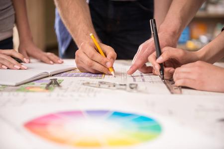 arquitecto: Primer plano de los arquitectos creativos que trabajan en el proyecto en el cargo. Foto de archivo