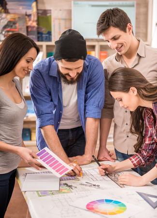 Creatieve team van ontwerpers kleedde toevallige keuze kleur uit Swatch op kantoor. Stockfoto