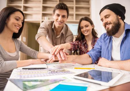 Ontwerpers ontmoeten om nieuwe ideeën te bespreken op kantoor. Team werk. Stockfoto