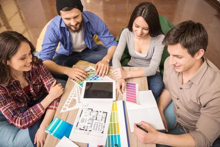 デザイナー事務所で、新しいアイデアを議論する会議します。チームの仕事。