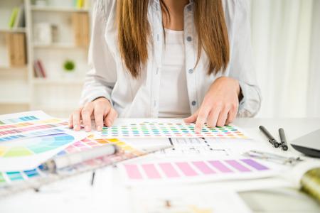 그녀의 사무실에서 컬러 샘플 작업 젊은 디자이너의 확대합니다.