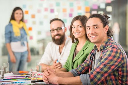 reunion de trabajo: Diseñadores de reuniones para discutir nuevas ideas en la oficina. El trabajo en equipo.