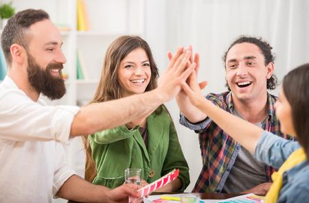 hombres trabajando: Grupo creativo de diseñadores que ponen las manos juntas. El trabajo en equipo.