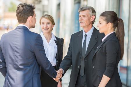 ビジネスの方々 の会合。2 自信を持ってビジネスの男性握手します。