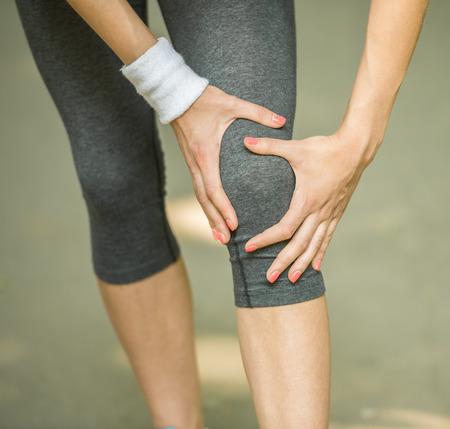 mujer deportista: Mujer corredor atleta tocar pie en el dolor debido a esguince de tobillo. Foto de archivo