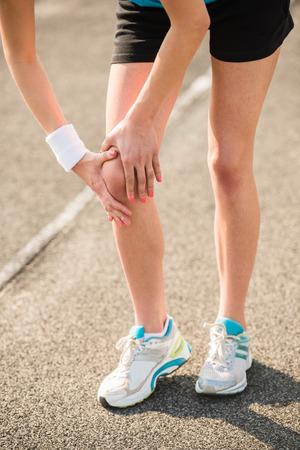 Weibliche Athleten Läufer berühren Fuß in Schmerzen aufgrund von verstauchten Knöchel. Standard-Bild - 41672975