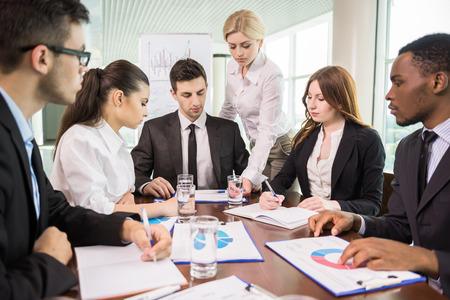 personas hablando: Grupo de empresarios discusi�n en la sala de conferencias.