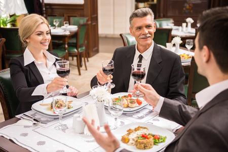 personas festejando: Grupo de empresarios exitosos que celebran un gran acuerdo de reparto. Foto de archivo