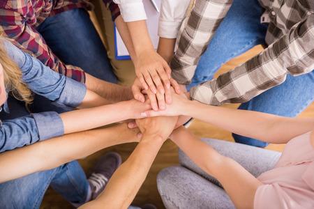 terapia psicologica: Círculo de la confianza. Grupo de personas que se sientan en círculo y se apoyan mutuamente.