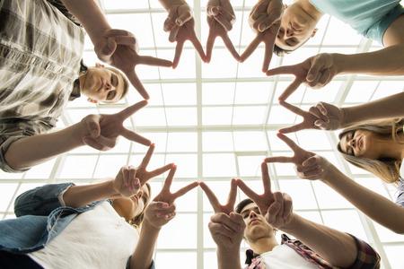 бизнес: Круг доверия. Группа людей, сидящих в кругу и поддерживающих друг друга.