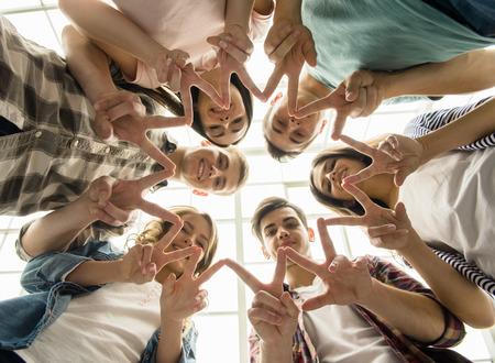 juventud: Círculo de la confianza. Grupo de personas que se sientan en círculo y se apoyan mutuamente.